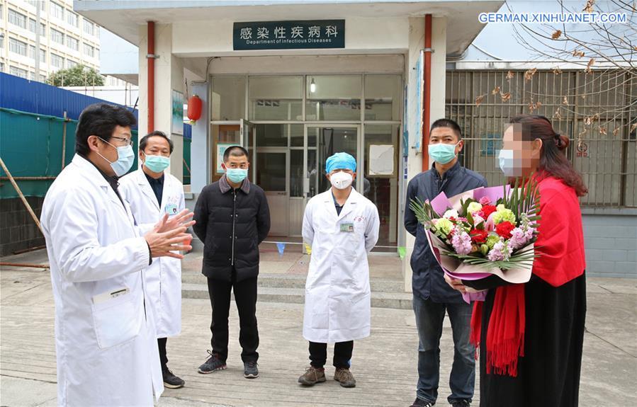 Eine geheilte COVID-19-Patientin wird aus Krankenhaus in Tengchong entlassen http://xhne.ws/OFk0tpic.twitter.com/dT0SdKksTH