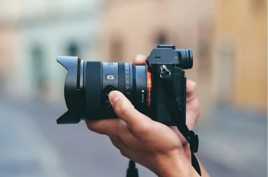 Sony introduceert een nieuw full-frame E-mount objectief: de FE 20mm F1.8 G Prime-lens voor zowel full-frame als APS-C-camera's. Deze ultragroothoek 20 mm F1.8 prime-lens is deskundig ontworpen voor hoogwaardige prestaties bij alle diafragma-instellingen: https://t.co/jWt4rOJiUe https://t.co/Z4SGg0NG6V