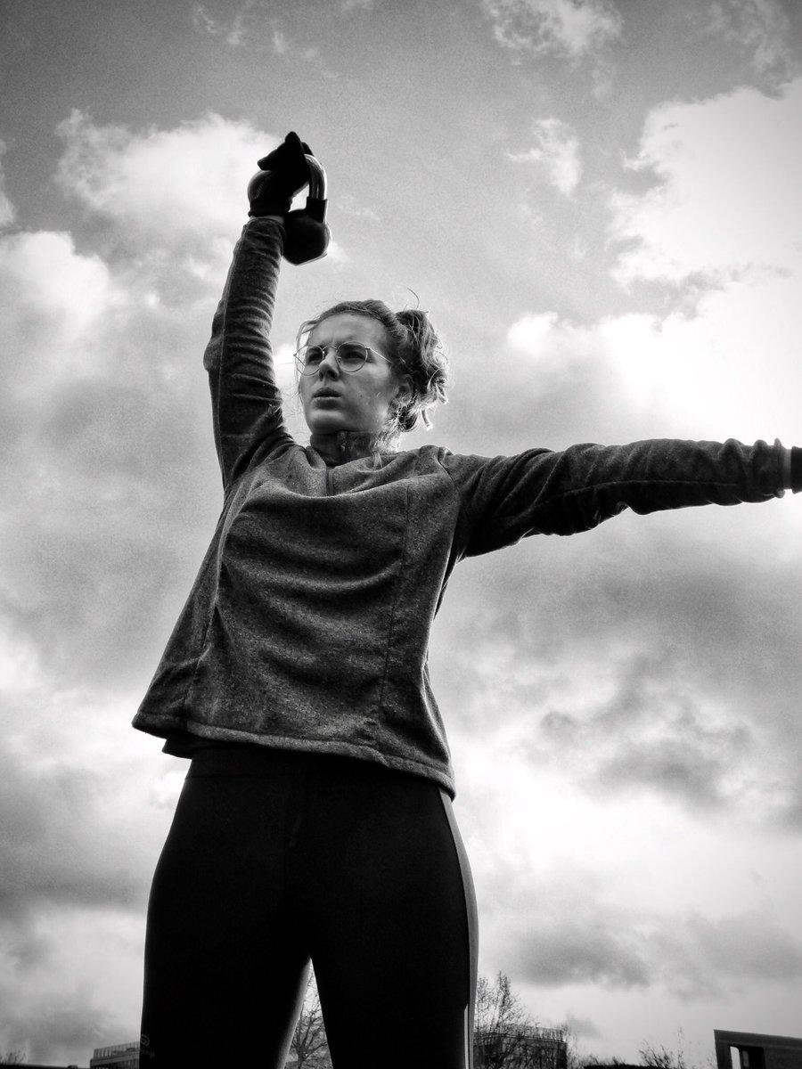 📸|| Chaque nouvelle journée est une nouvelle occasion de faire mieux que la journée précédente 🔄 Prouvons-le ‼️ Let's go  #GoodMorning #Quoteoftheday . . #quote #training #workout #newchances #pics #blackandwhite #photography #kettlebell #sky #fitgirl #girlpower