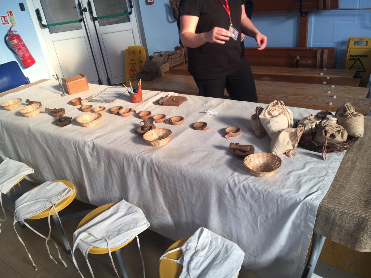 Year 3 -have visitors today. An Ancient Greece day . Looks amazing!!! #ancientgreece #handsonlearningpic.twitter.com/6hknEflpeW