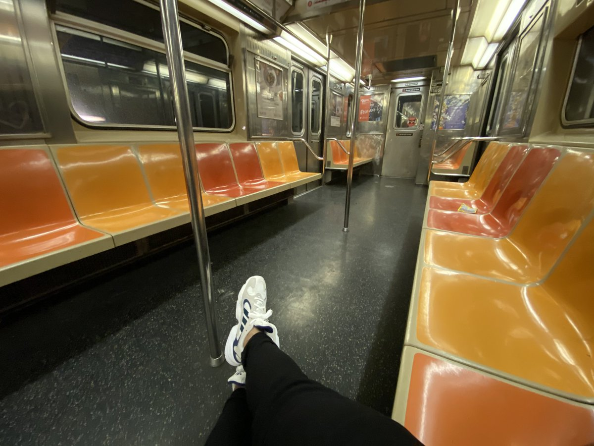 #DadShoes on the 3 train in honor of #TrainDaddy (Andy Byford)pic.twitter.com/8uFQGXUNcb