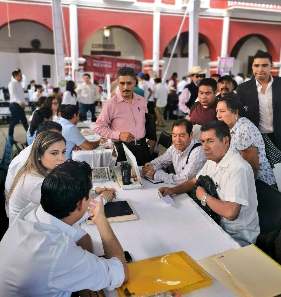 Con gran participación y entusiasmo, continuamos atendiendo a los buscadores de empleo en esta #9AudienciaPublica convocada por el Gdor. @alejandromurat en la Villa de Zaachila #empleáte #JuntosConstruimosElCambio @Sec_EconomiaOax @SNEOaxacapic.twitter.com/69G5gtb3Es