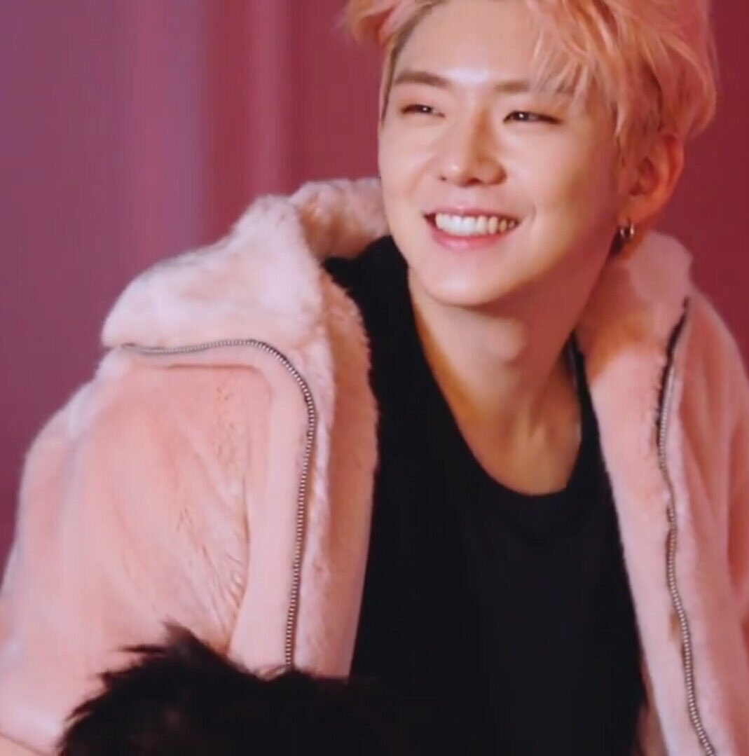 pink haired kihyun is superior but pink haired kihyun with pink fluffy jacket???? TOP TIER!