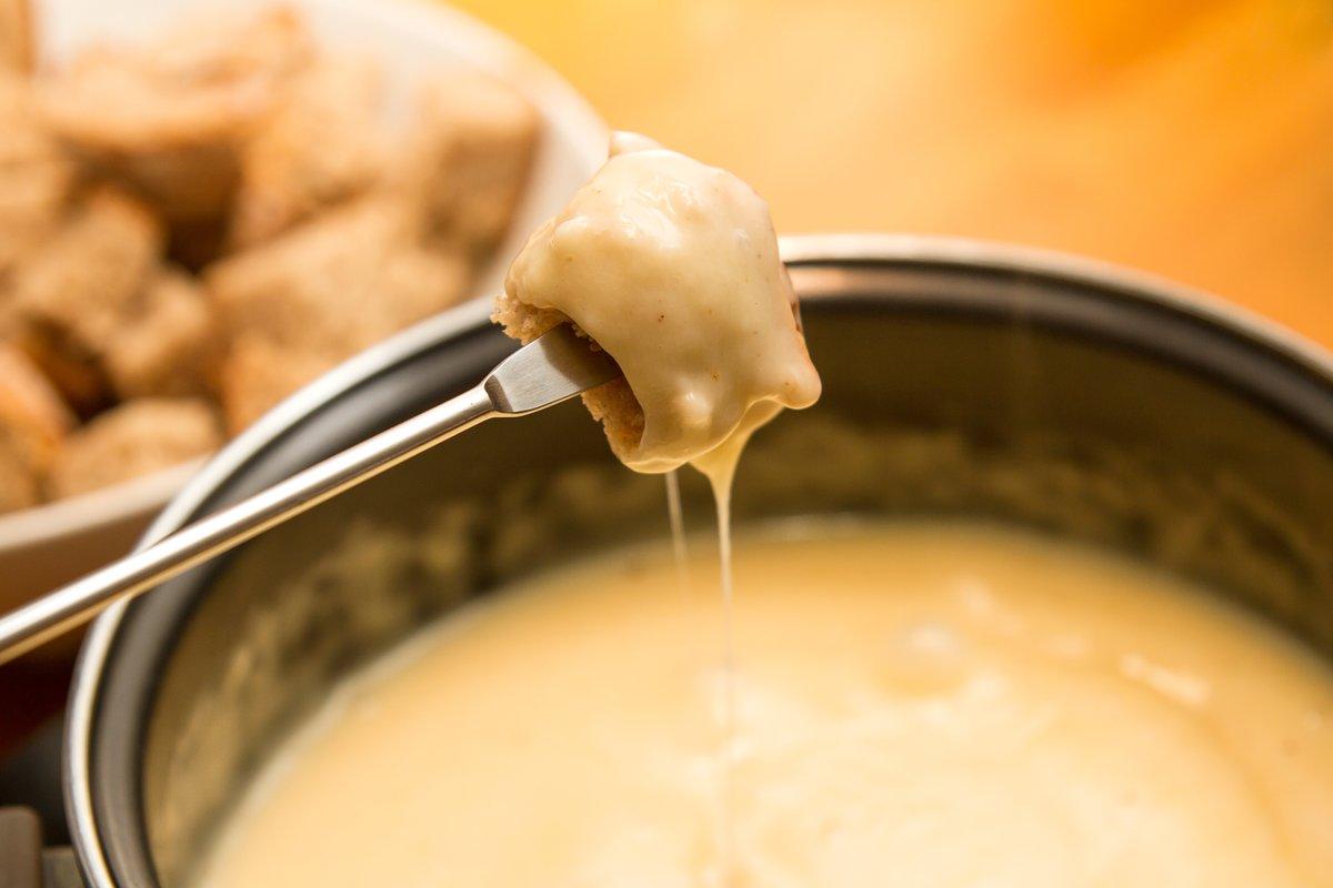 Last call pour nos soirées fondue @fromagesdici dans le cadre du festival @MTLenLumiere. Et c'est ce samedi que ça se passe! Réservez, il reste quelques places : https://t.co/kkQ0mIw9v9  #aubergesaintgab #eatlocal #cheese https://t.co/StSABEEmov