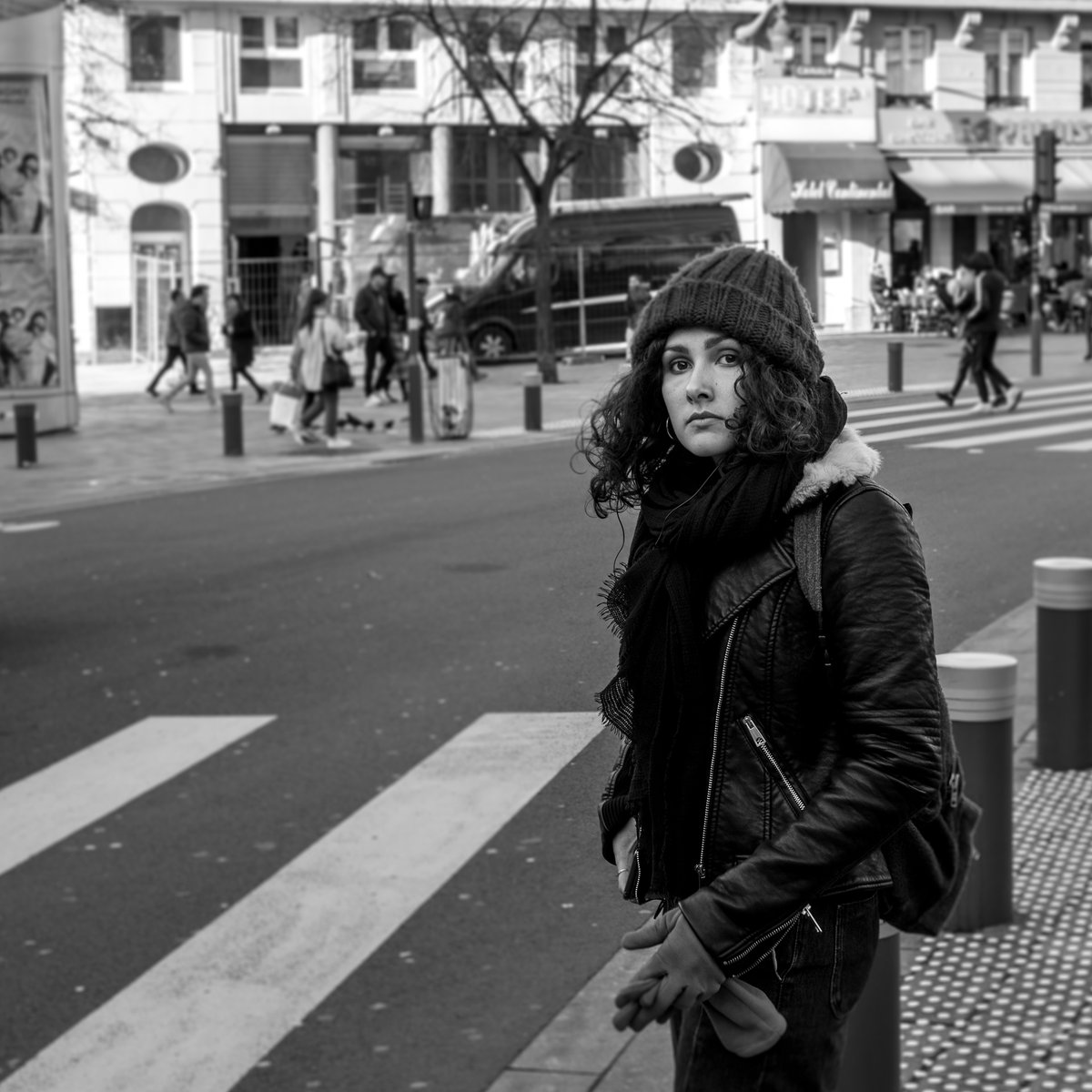 Curly haired girl about to cross the street  #lille #girl #curls #curlyhair #streetphotography #leica #leicam10 #monochrom #blackandwhite #bnw #blackandwhitephotography #photoeverydaypic.twitter.com/BKHSi4KvAE