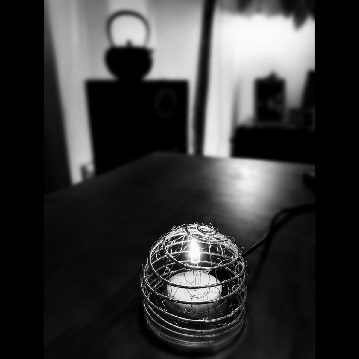 毎日ジュリの為にキャンドルを灯していたが四十九日も過ぎ安全の為LEDへ。夫が揺らめきのあるLEDライトを一からから手作りしてくれたので、私はとりあえずワイヤーでライトシェードを試作。 #handmade #lifephotography #ledlights #wire  #blackandwhite #monochrome #nekoashinatsugramRIPGiuliapic.twitter.com/SYA0GalV6M