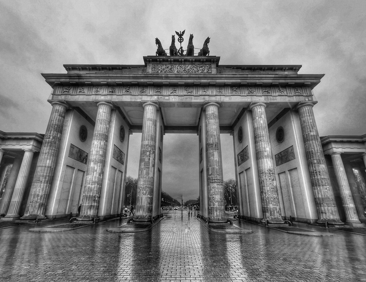 Brandenburg Gate Berlin #500pxrtg #ThePhotoHour #dailyphoto #PintoFotografia #art #photography #fotorshot #Viaastockaday @BerlinTourism #BrandenburgGate #blackandwhitephotography #monochrome #blackandwhite #bnw_capturespic.twitter.com/EchgLwa6qE