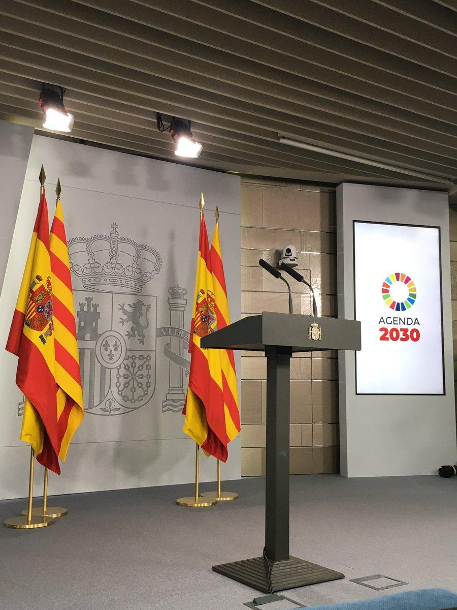 Las banderas de España y Cataluña esperan la comparecencia de Quim Torra y María Jesús Montero. La reunión ha terminado. Casi tres horas. Habrá muchas otras. https://elpais.com/politica/2020/02/26/actualidad/1582731886_271647.html…