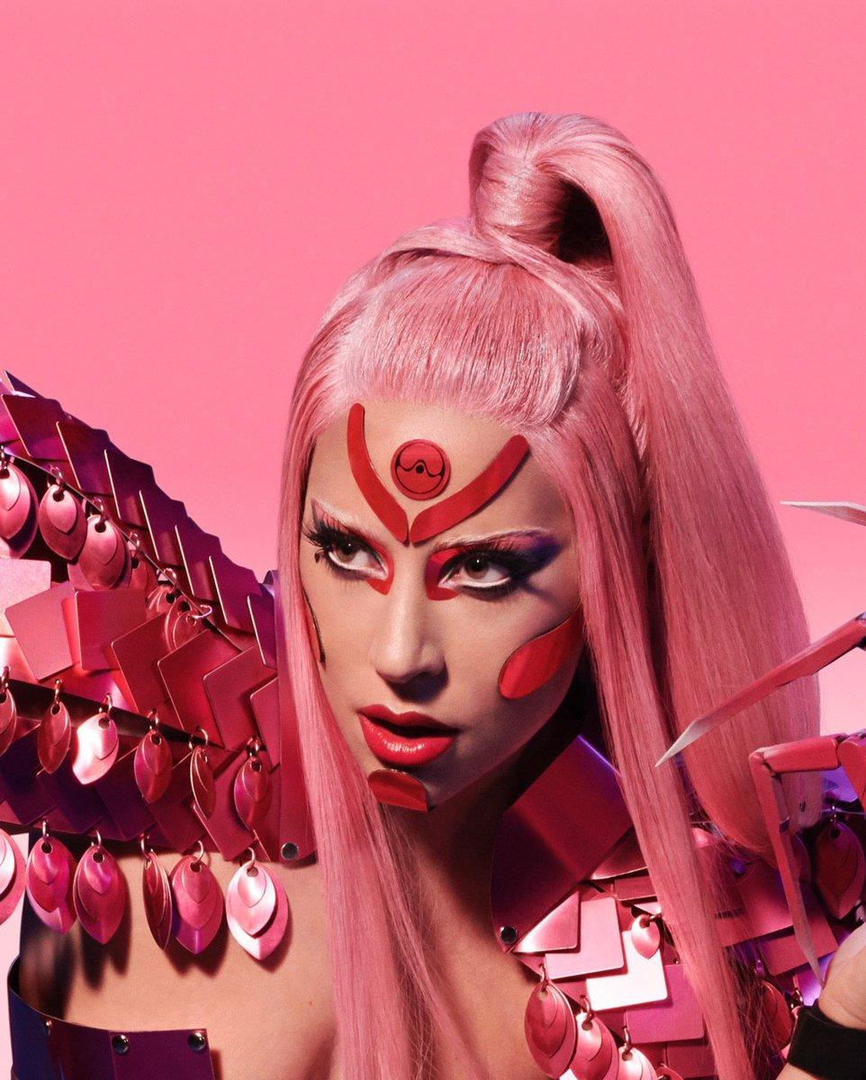 """""""Lady Gaga em metal rosa personalizado por mim para sua nova música! Estilizado por Nicola Formichetti e Marta Del Rio. Eu mal posso esperar para vocês verem a roupa completa! Foi uma loucura de fazer."""" — Laurel DeWitt via Instagram.pic.twitter.com/yUitoB79uK"""