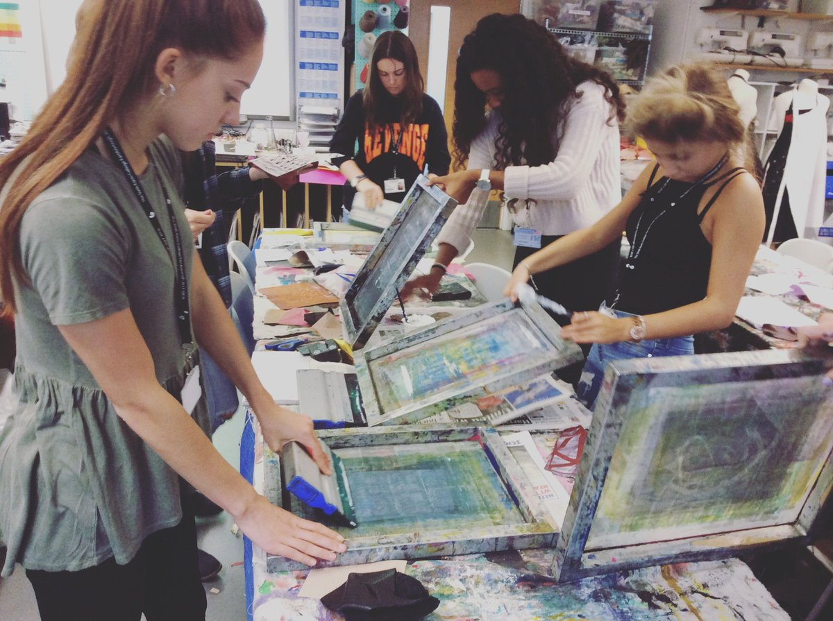 Experimental Screen Printing in back on 5 March! Experiment printing with a range of textile inks & specialist binders, such as puff, metallic & pearl. By the end of the workshop printers will have a collection of A5-A3 screen printed fabric samples! Book: http://bit.ly/experimentalscreenprinting …pic.twitter.com/Mjm03BjljL