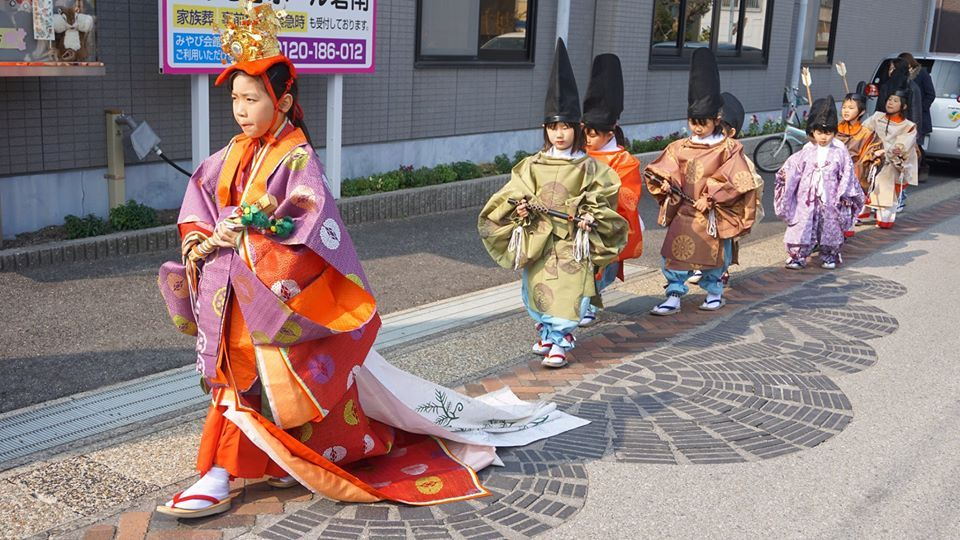 """Adorable """"hina"""" doll parades in #TakahamaCity 🥰🎎🎊 The Dolls' Alleys - Hina Meguri Stroll goes until March 8. ⭐ On February 29, children can enter a raffle to join the cute Children's Ohinasama Procession! #AichiNow https://t.co/Tch9J07IPs https://t.co/xxG3bWufDX"""