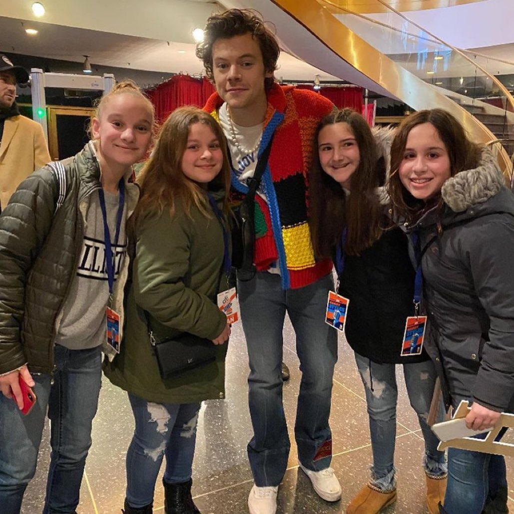 why is it always the annoying frappuccino consuming justice wearing ass middle schoolers who always meet harry don't you have some social studies class to go to <br>http://pic.twitter.com/fw64BMzdYn