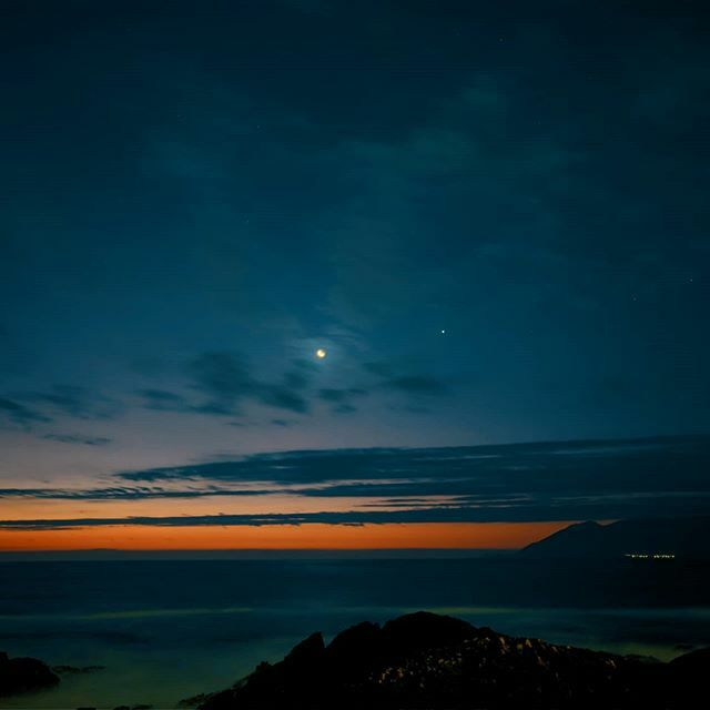 Después del atardecer aparecen la Luna creciente 🌙 y Venus. • • • • • • #Antofagasta #all_sunsets #sunsetsniper #atardecer #cielo #ocaso #paisaje #sol #paisajes #shotoneplus #pictureoftheday #instafollow #instapic #skylovers #sunset_pics #ocean #skyline #horizon #sunset_…