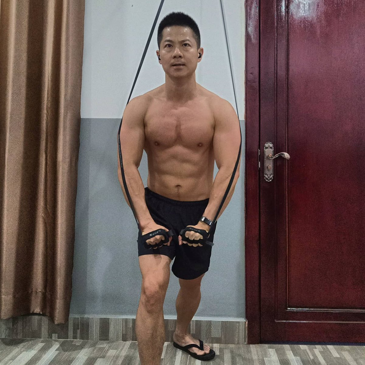 """""""Life is like working out in the gym. You get to choose to make it hard or make it easy. And yet, it's the hard time that makes you grow better, and stronger."""" - Suhendra Cheng #fitnessmotivation #fitover40 #fitbody #home #gym #workouts #lifestylepic.twitter.com/V9q784da43"""