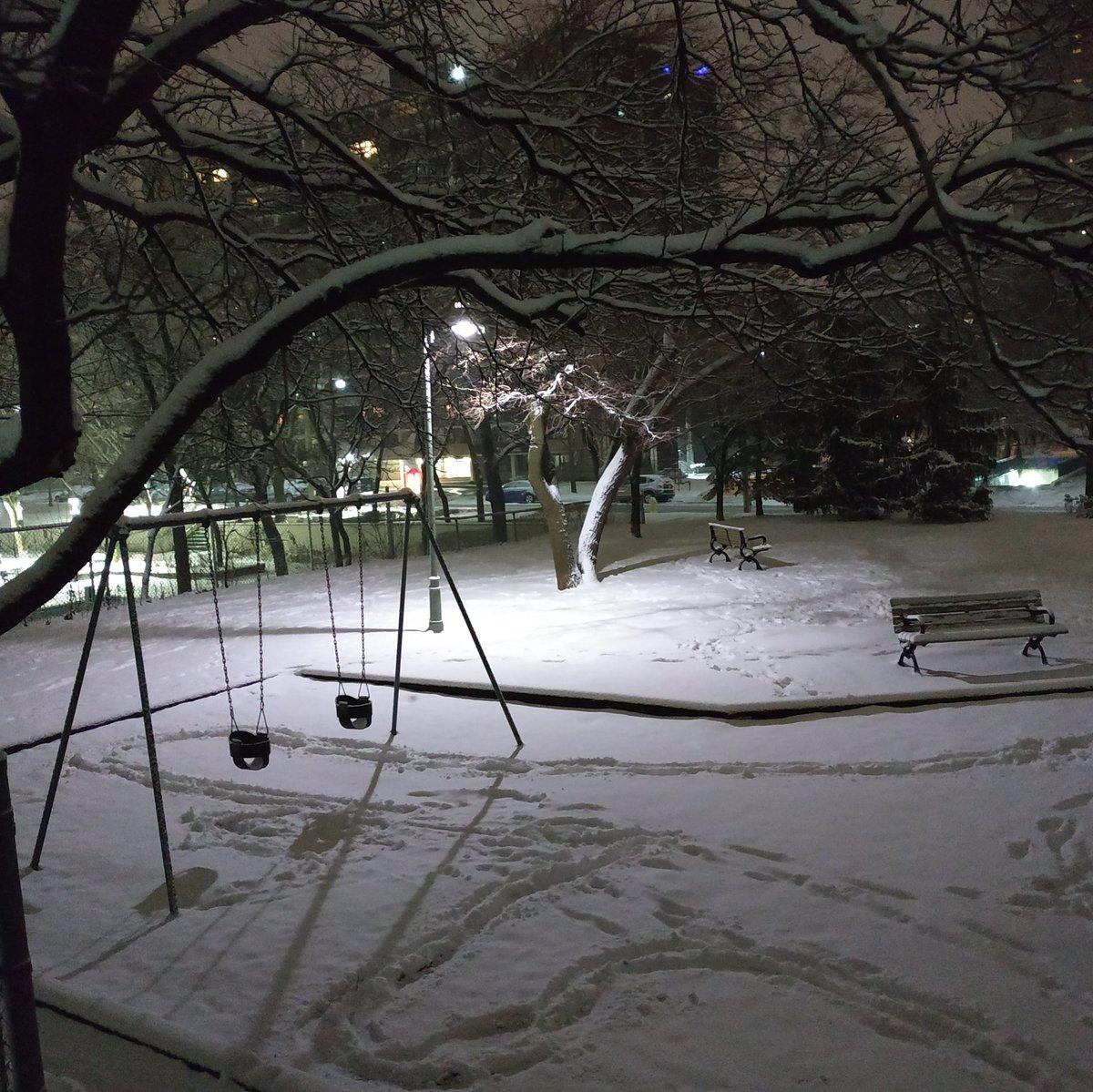 The park tonight has a sense of peace about it. #winter #winterwonderland #park #snowypark #eveningscene #winterinthecity pic.twitter.com/Gy5rgguI0P