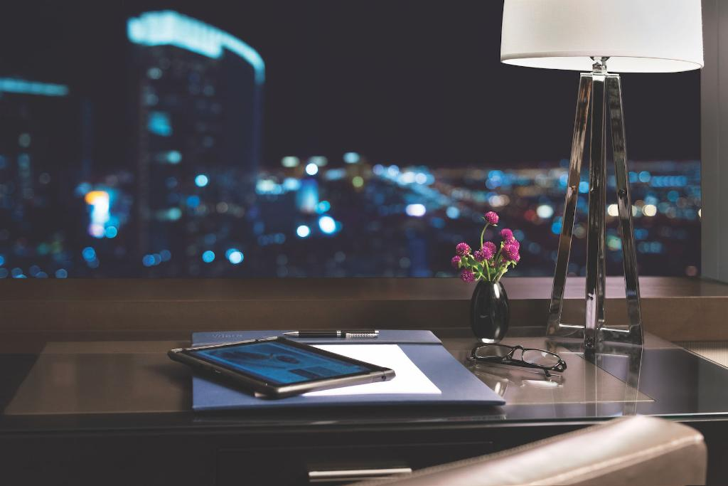 MGMが運営する最新設備を備えるラスベガスのIR「ARIA」では、客室に設置されたタブレットで空調や照明のコントールやルームサービスの注文、イベントチケットの予約も行え、スマート・ステイを実現。 また、ホテル各所で著名アーティストによる最新のアート作品をご覧いただけます。