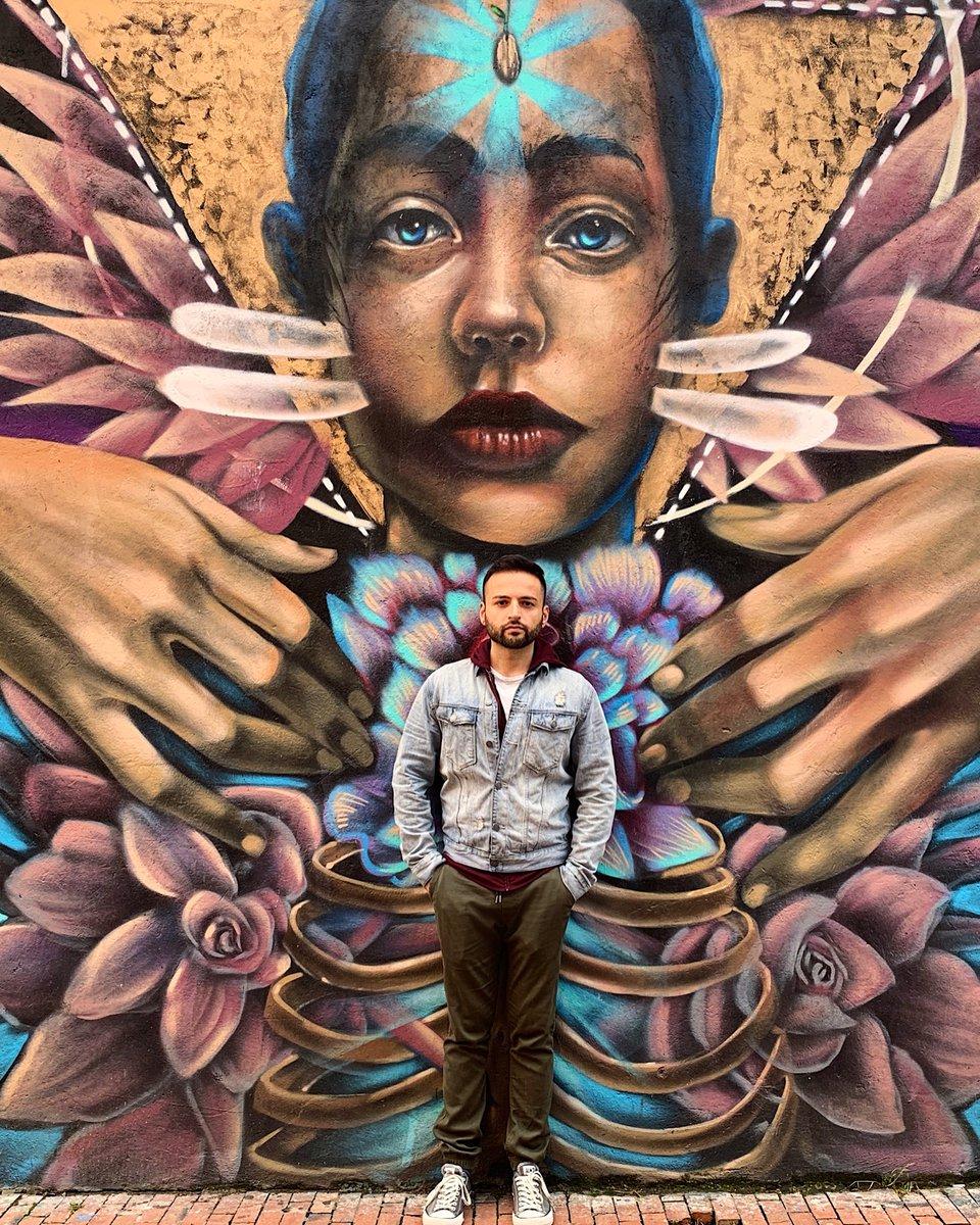 """Geçen sene 35. yaşıma Bogotá, Kolombiya'da girdim. Ülkenin çok enteresan bir graffiti kültürü var. 2011 senesinde polis tarafından öldürülen 16 yaşındaki bir """"duvar ressamı"""" için halk ayaklanıyor ve bu sanat suç olmaktan çıkıyor. Şehirde inanılmaz güzel örnekleri var #tbtpic.twitter.com/KCHTP701lE"""