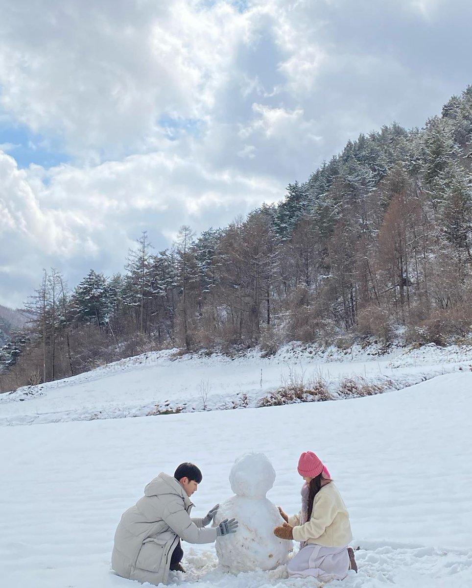 #ParkMinYoung membagikan potret dirinya membuat manusia salju bersama #SeoKangJoon di lokasi syuting drama #WhentheWeatherisFinepic.twitter.com/RnIgGsudvy