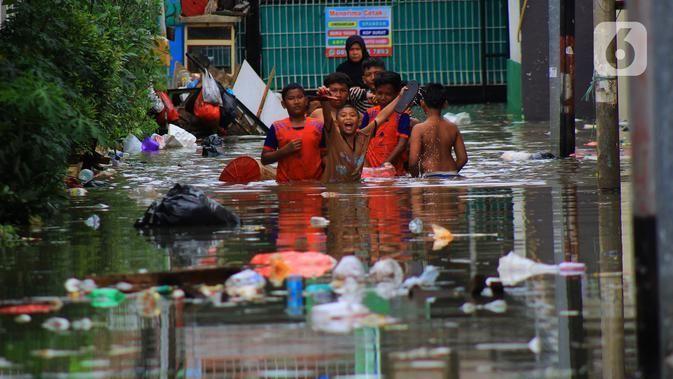 Potret Unik Warga Jakarta Hadapi Banjir, Bikin Tik Tok hingga Main Perosotan http://bit.ly/384qdo2  Cari berita lain? Silahkan klik disini http://bit.ly/2MXCxRZpic.twitter.com/qfFmBWKeLq