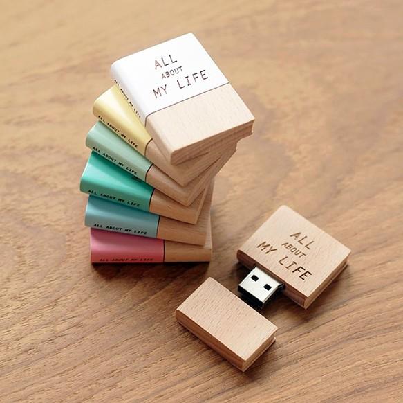『本がモチーフの木製USBメモリー』表紙と背表紙はカスタマイズ可能。自分や誰かの名前、好きな本のタイトルなど自由に言葉を入れられます◎