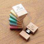 本みたいな木製USBメモリー。自分で表紙と背表紙がカスタマイズ出来て自由に言葉を入れられます
