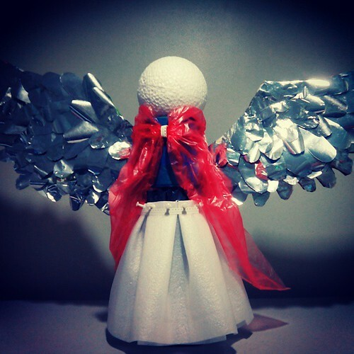 90% Recycled #ChristmasDecor #Angel for #Belen  1. Base/Body – empty 1.5 litre Softdrink Bottle  2. Dress – Used plastics and red and blue trash bags 3. Wings – base : used hard paper,  feathers: junk food plastics ( silver side) 4. Head – bought foam bal #silver #coinspic.twitter.com/BcarwgMaro