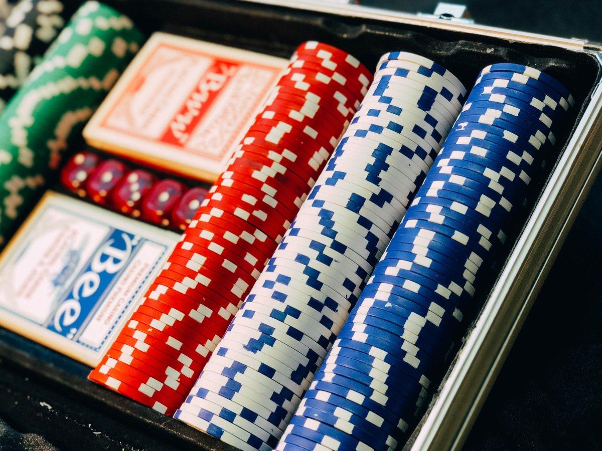 GORRRĄCY TEMAT NA TAPECIE: Jak się gra w pokera? Zasady gry   KLIK: https://vaxy.pl/jak-sie-gra-w-pokera-zasady-gry/…  #poker #gry #czaswolny pic.twitter.com/tWVCV4Ty6W