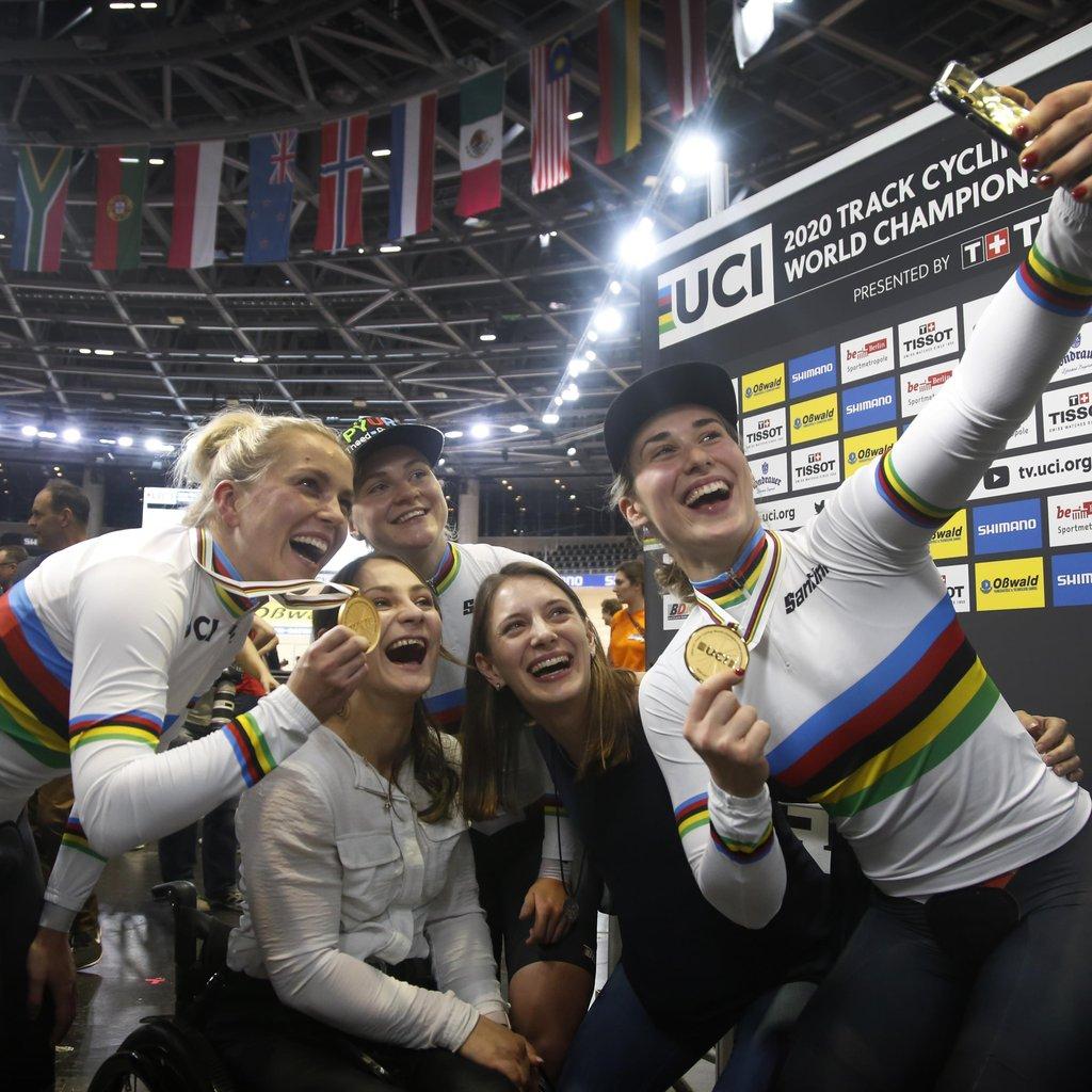 Gold  im Teamsprint der Frauen! Emma Hinze, Pauline Grabosch und Lea Sophie Friedrich holen sich bei der Bahnrad-WM  in Berlin den Sieg. Im Anschluss gabs ein Sieger-Selfie  mit den Ex-Weltmeisterinnen @KristinaVogel und @miriamwelte.  ___ #TeamD #WirfuerDpic.twitter.com/OHyeTGzDEn