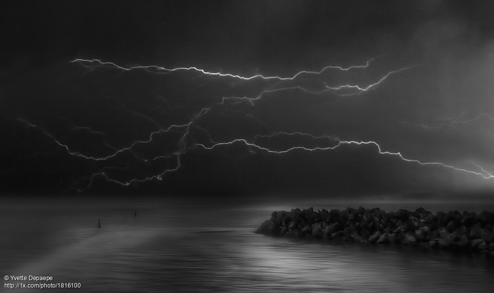 'Wrapped in a smooth lightening' by Yvette Depaepe. https://1x.com/photo/1816100 #blackandwhitephotography #Lightning #storm #mood #seascapepic.twitter.com/cxfAUCYH22