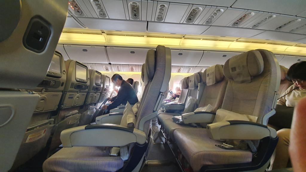 Penerbangan ke Dubai hari ini.Dari awalnya gak kebagian tiket, sekarang malah kursi2 kosong melimpah, gara2 jemaah umroh yg transit dubai batal berangkat.Bebas pilih kursi dan selonjoran di bangku mana aja < Ini ditawarkan oleh pramugari sambil keliling.
