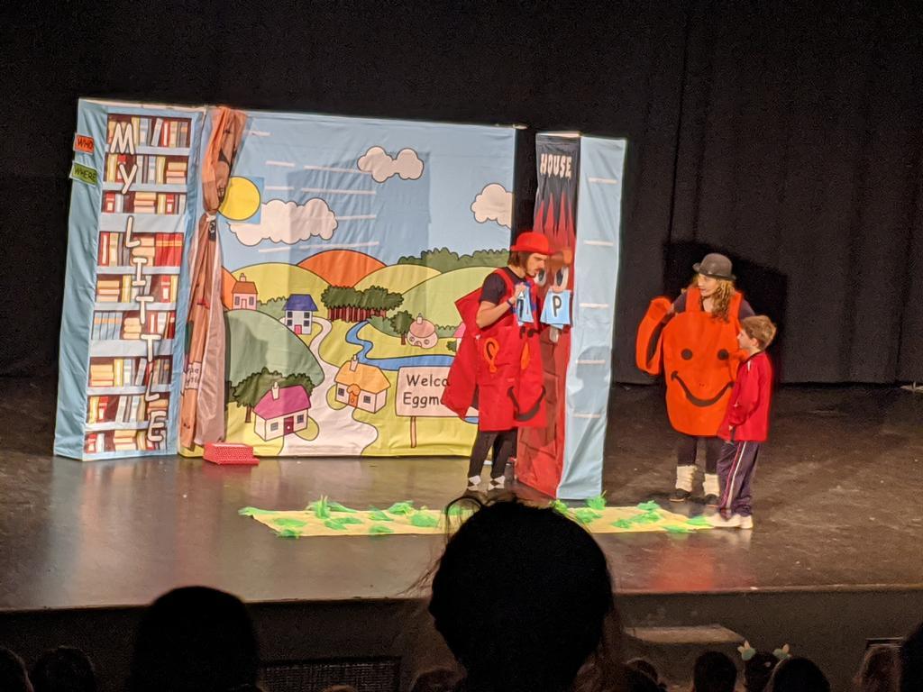 """Hoy 1° y 2° de Primaria hemos ido de excursión para ver la obra """"My Little Library"""" en Sanchinarro! #vmh_FEyE #theatre #english #Primaria #education"""