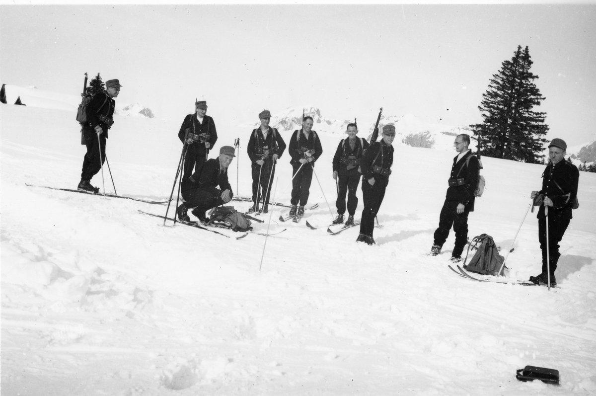#eswareinmal: Polizisten bei einem Skitrainingslager 1943 in Wildhaus.  #Throwbackthursday #tbt #Skifahren pic.twitter.com/KeuPZXwYcQ