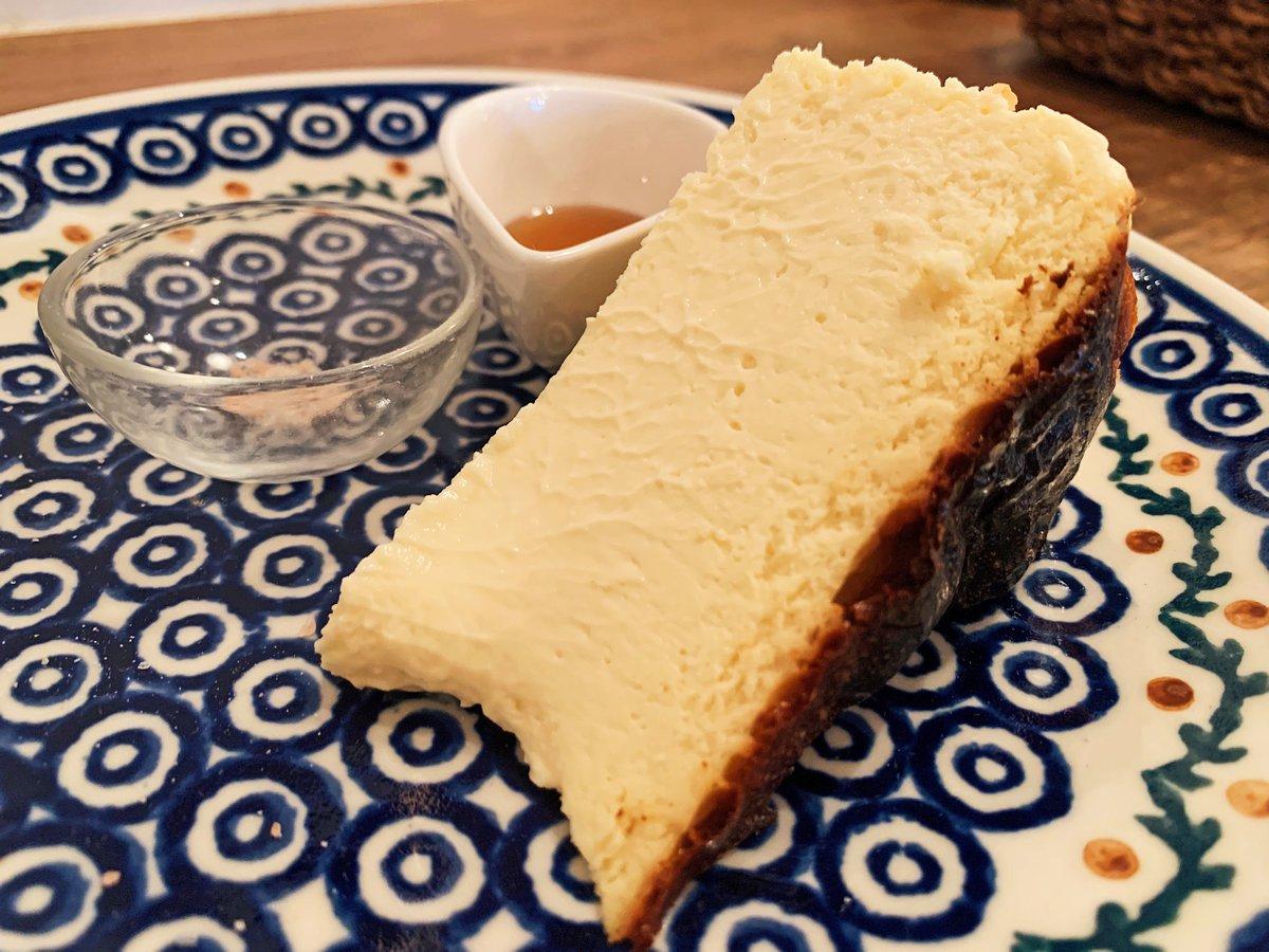 【apartment.m cafe】@千葉駅から徒歩4分岩塩&メープルシロップ付きのバスクチーズケーキを食べられるカフェ。とろとろ食感に仕上げておりチーズの酸味と岩塩の風味が絶妙にマッチ!シロップをかけると上品な甘味も楽しめます!そのまま食べても美味で1度で3つの味を楽しめる欲張りスイーツ✨
