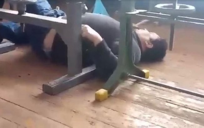 Professor é demitido após levar queda tentando dar aula bêbado; veja vídeo → https://bit.ly/394qZCJ