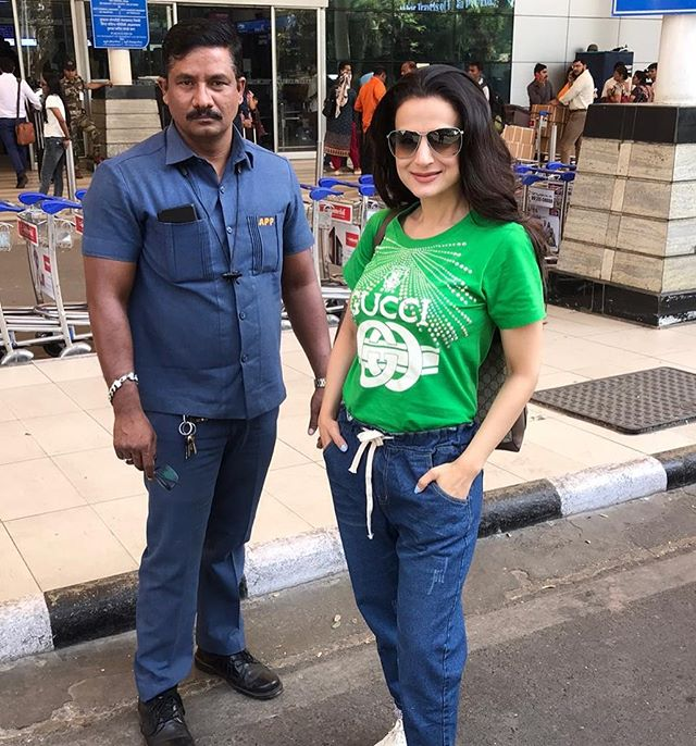 Amisha Patel spotted in BARODA for work schedule #AmishaPatel #BARODA #bollywoodactresspic.twitter.com/Z63A7GuaaP