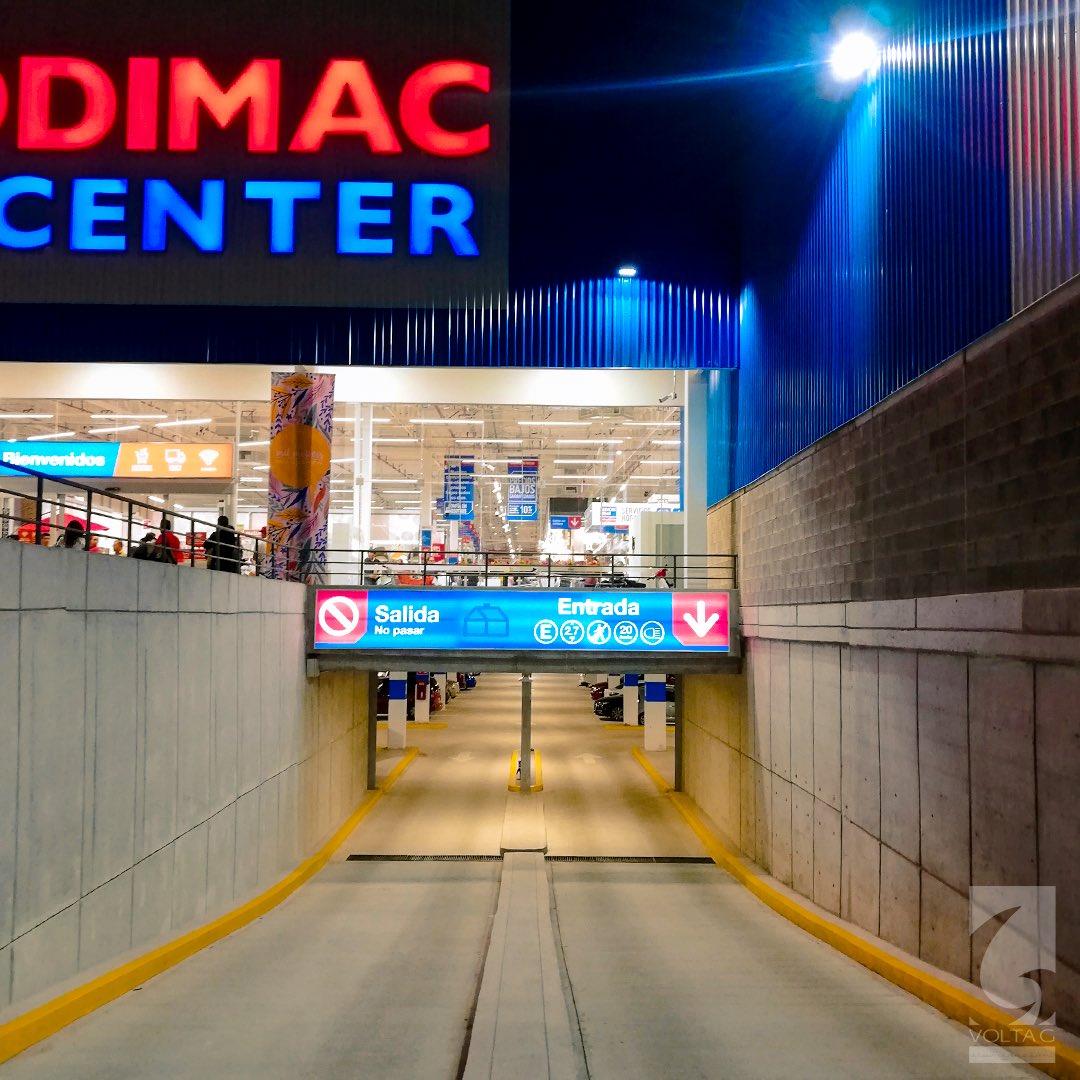 En la inauguración de #SodimacHomeCenter #sanluispotosi 📸 un proyecto más culminado en territorio mexicano 🇲🇽🎉  . Luz, luz, luz, luz y + luz. ✨ @VOLTAG_ilum a qué te gusta 😌👌🏻 . #project #sodimac #comercial #light #blue #red #yellow #mx #voltag #portfolio #follow