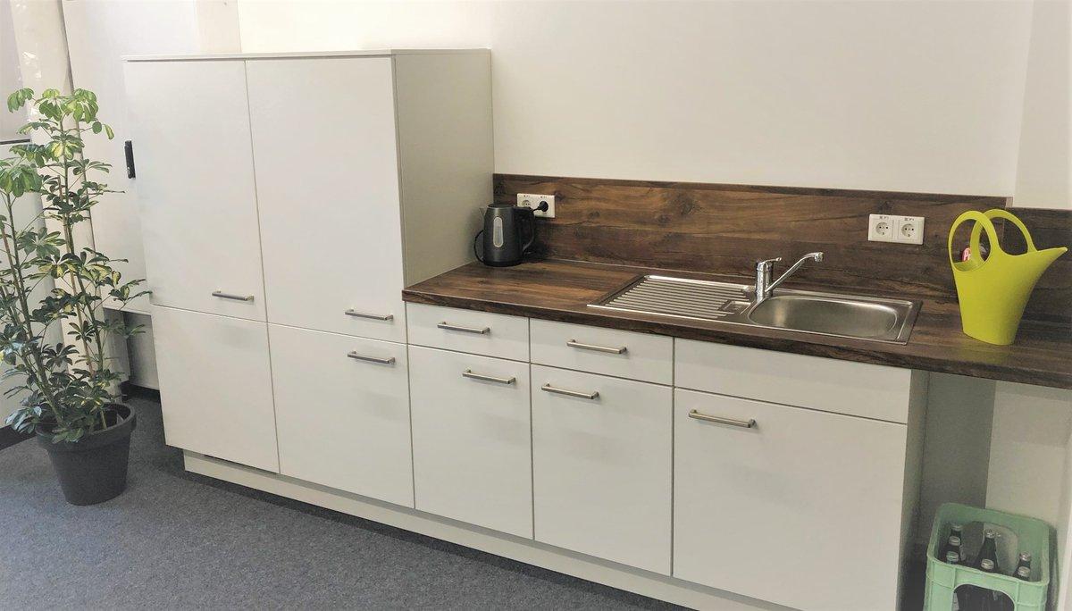 Yeah...unser SPA-Bereich wird immer wohnlicher.  Unsere neue Küche steht, wirkt und gibt viel her.  Fehlt nur noch eine Kaffeemaschine  ... aber seid gespannt #nexoma #arnsberg #jobs #worklife #küche #kaiserhauspic.twitter.com/aQacqOEg9H