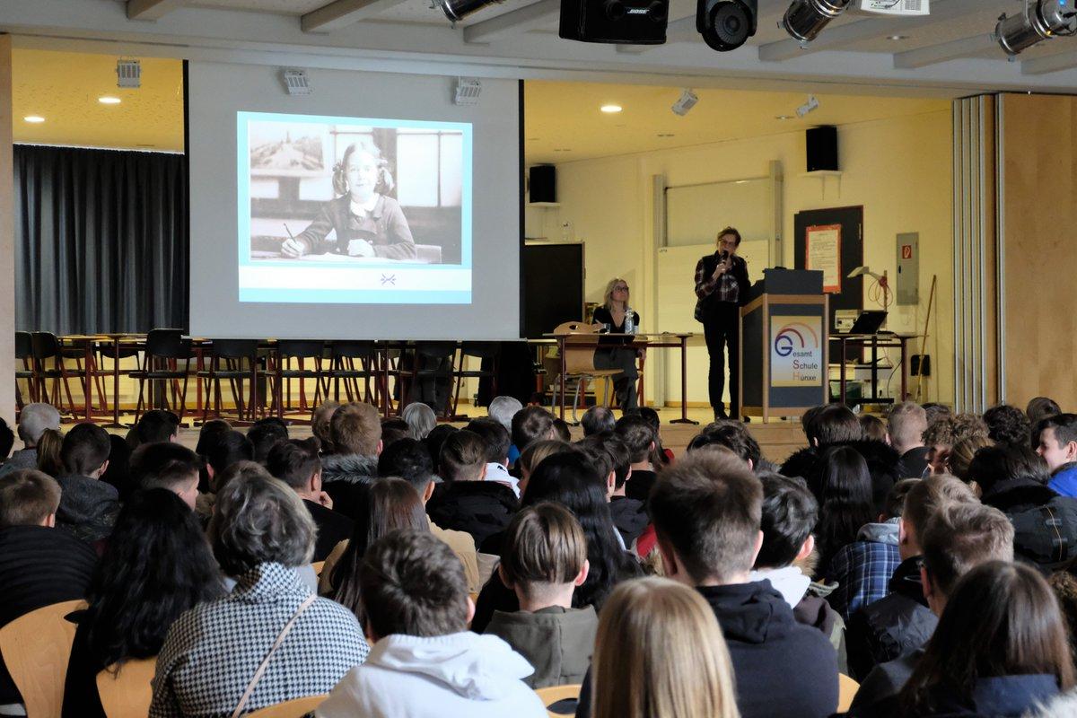 Het is geen voordehandliggende vriendschap, die van een Holocaust-overlevende en een kleinkind van een SS'er. Maar Eva Weyl (84) en Anke Winter (44) bewijzen dat het kan. Samen gaven ze een bijzonder gastcollege op een Duitse school: https://duitslandinstituut.nl/artikel/35853/vertel-het-door-ik-ben-er-straks-niet-meer… #75jaarbevrijdingpic.twitter.com/ykVd6uLUHI