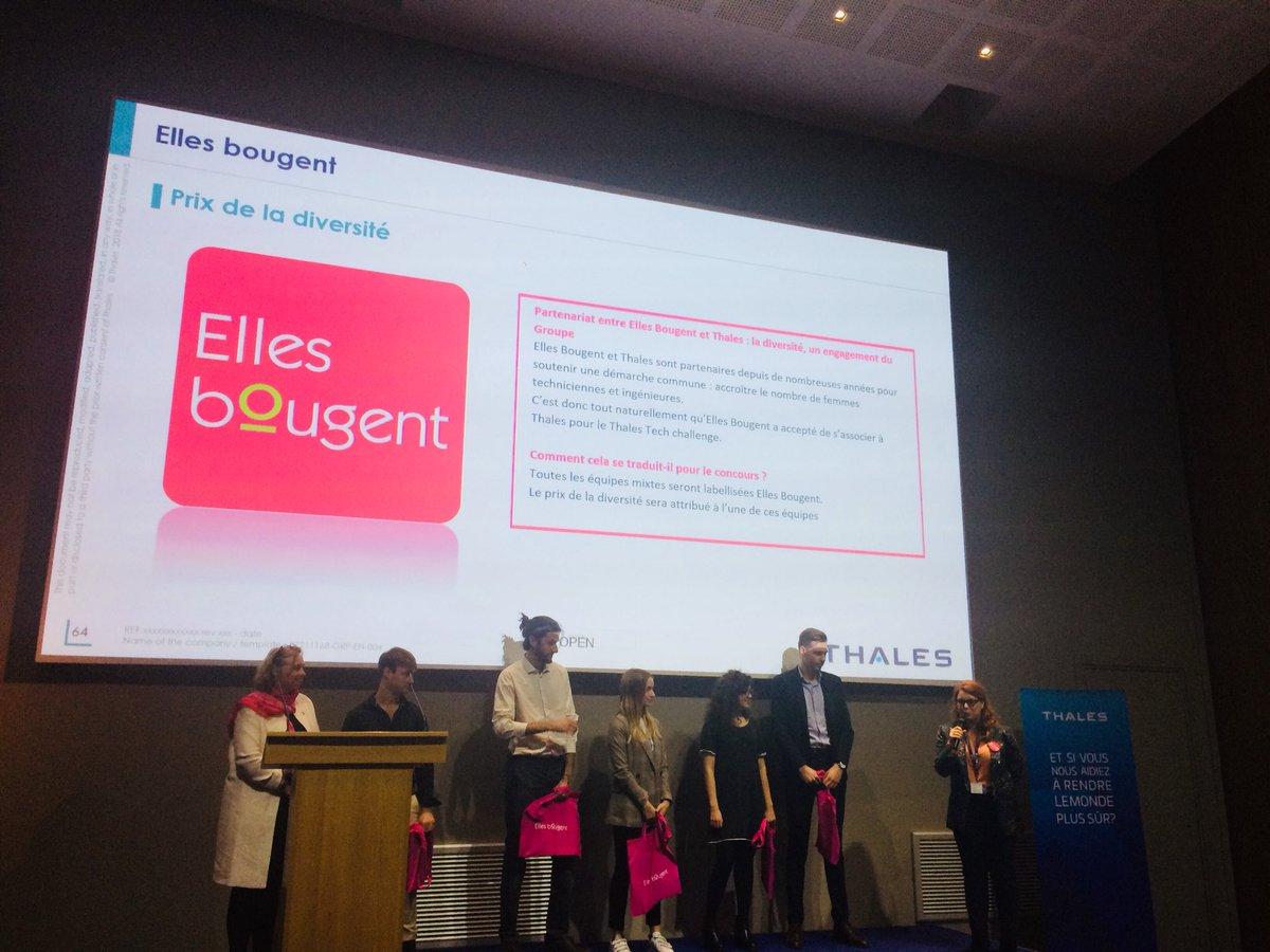 Félicitations à l'équipe FlexSat lauréate du Prix de la #diversité remis par @mspawlak et @ChrisDemeillers ! Un projet qui révolutionne le #NewSpace !! #ThalesTechChallenge #WomenInTech #Innovation #rolemodelspic.twitter.com/fAjdmPP0VR