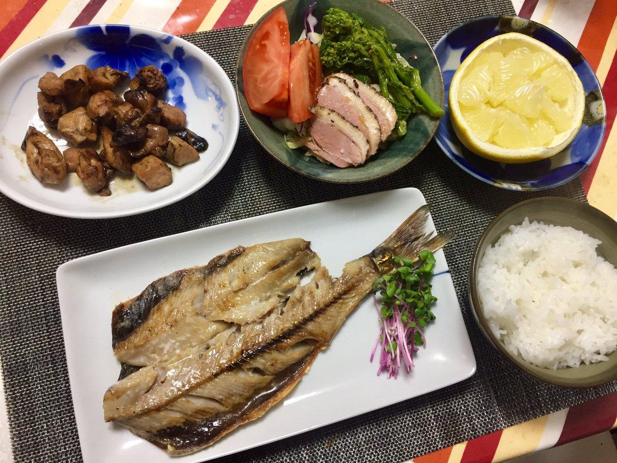 晩の #おうちごはんニシンの塩焼き桜島鶏の炭火焼サラダ ごはん  高知のブンタン今日も遅くなってしまったが、自炊頑張るー😆ウマウマ😋