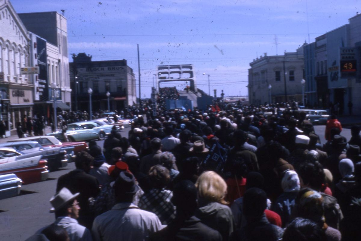 test Twitter Media - An exciting discovery via the Wesleyan University Special Collections & Archives: a set of color slides from the march on the Edmund Pettus Bridge in Selma, Alabama: https://t.co/naIQFDtbUA #BlackHistoryMonth https://t.co/NL4IklhA1I