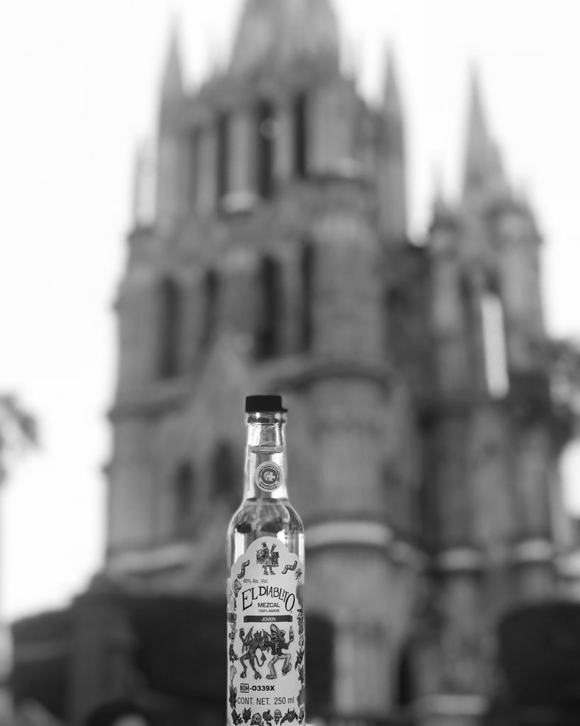 """El amor 💓 de mi próxima vida 💫"" #mezcaleldiablito #mezcal #México #sanmiguel #agave #town #love #moments #sanmigueldeallende #magic #travel #monday #downtown #guanajuato #tagsforlikes #lfl #life #Spirits #like4like #pueblomagico #sma #culture #picoftheday #l4l #endiablate👹"
