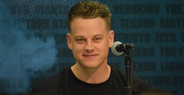 """#LSU QB Joe Burrow has now met with the Bengals for the first time, and @JeffDarlington said the feedback he's gotten should shut down any debate over who goes No. 1 in the NFL Draft.  """"They were blown away by Joe Burrow.""""   He was like """"a 10-year vet.""""   https:// 247sports.com/college/lsu/Ar ticle/NFL-Combine-2020-Joe-Burrow-meeting-with-Cincinnati-Bengals--144336173/  … <br>http://pic.twitter.com/czUmwoWs6u"""