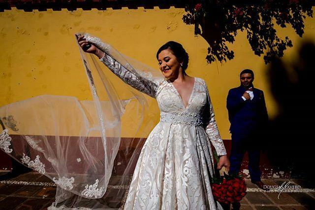 ¡Viva la tierra del sol!  #bodasoaxaca #bodasmexico #oaxacadestinationweddings  #sun #flow #documentaryweddingphotography #artdocumentaryphotography #weddingdress #weddingveil #bride #groom #douglasfaverophotography #yellow #weddingday #streetphotography… https://ift.tt/2PwPGjwpic.twitter.com/86ExDxXMJf