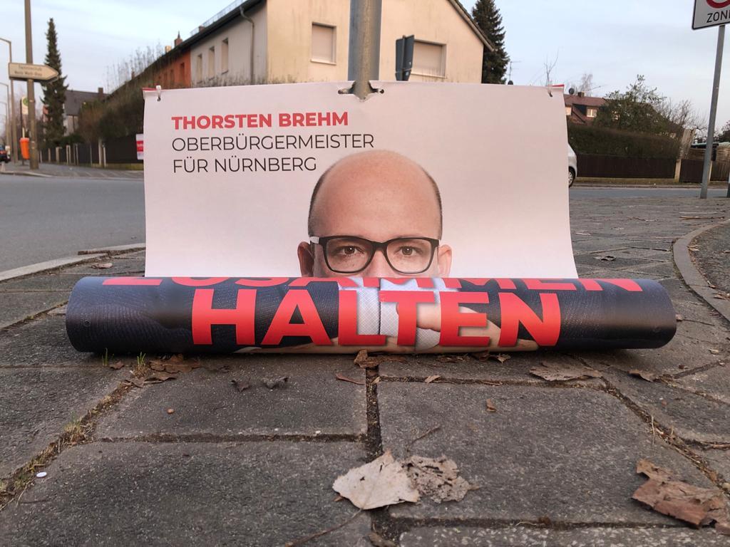 Bsoffne Gschichten aus dem #Wahlkampf-Garten:  - Periode 4  Heute: #ADEsPD  #Nürnberg. Der Sturm rund um die Spezialdemokraten erfasst nun auch die rote Kaiserburg. Lokale Plakate tun es der Partei schon vorab gleich und stürzen ab.  Nichts halten sie!  #Kommunalwahl2020 (löwe)pic.twitter.com/zX28IaW5sk