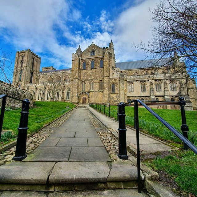 We love blue skies.  #cathedral #architecture #landscape #landscapelovers #cathedralgram #church https://ift.tt/2TnSJvspic.twitter.com/5q7THrNg5i
