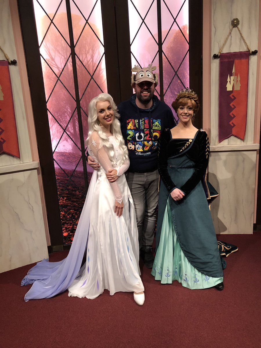 I got to say hello to my some of my all time fave characters (no punching this time!) #EODinDLR2 @DisneylandToday #Frozen2 #Disneylandpic.twitter.com/FA4kh1PKQi