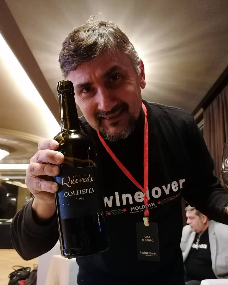 """A #winelover friend of mine uses to say """"It's good to have friends."""" And indeed it is! Thank you Oscar @Quevedo for this AMAZING bottle of Colheita! It made many #winelovers happy in #Chisinau, #Moldova!!  Cheers! Saude!! Noroc!!!  . #Port #wine 4 the #Anniversary pic.twitter.com/Mwoez6N0XH"""