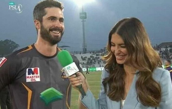 Beauty of #PSL2020 wife taking his husband's interview pic.twitter.com/3SkXyTL3cQ