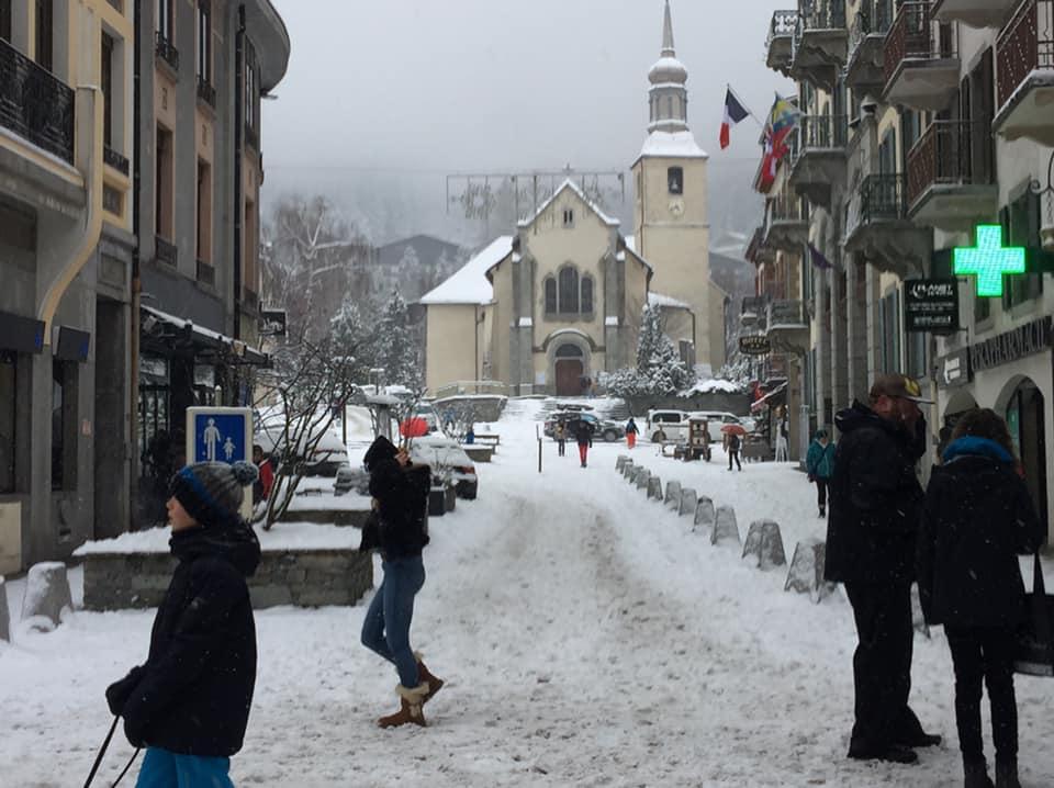 Enfin un peu de neige à #Chamonix ... avant la fin de l'hiver ! #HauteSavoie pic.twitter.com/Bh26HT4kU8